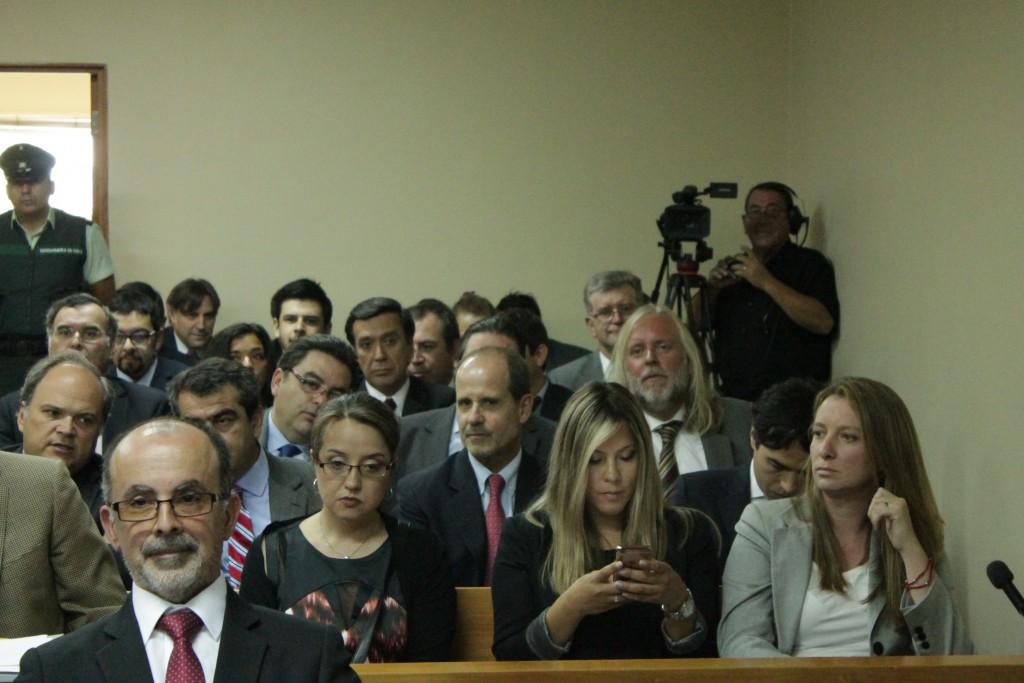 la nuera de la Presidenta Michelle Bachelet junto a sus abogados.