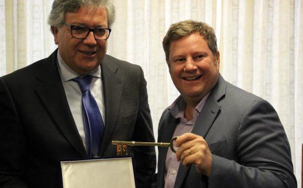 Alcalde le entrega las llaves de Rancagua a embajador de Estados Unidos