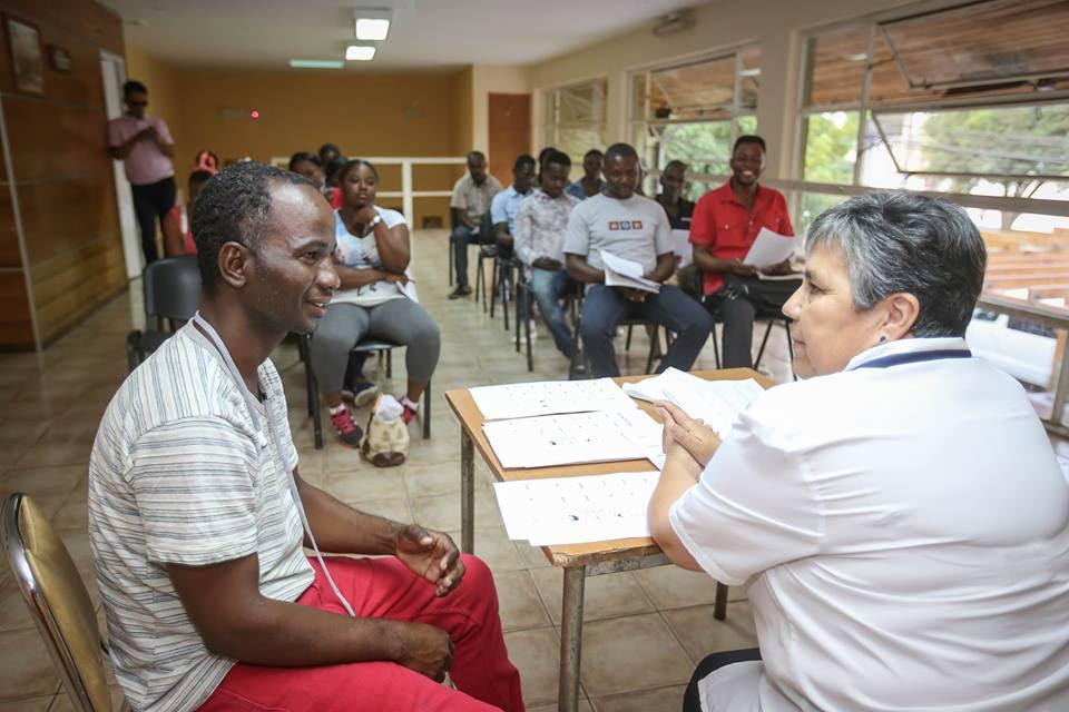 Inmigrantes haitianos aprenden español gracias a taller municipal de Graneros