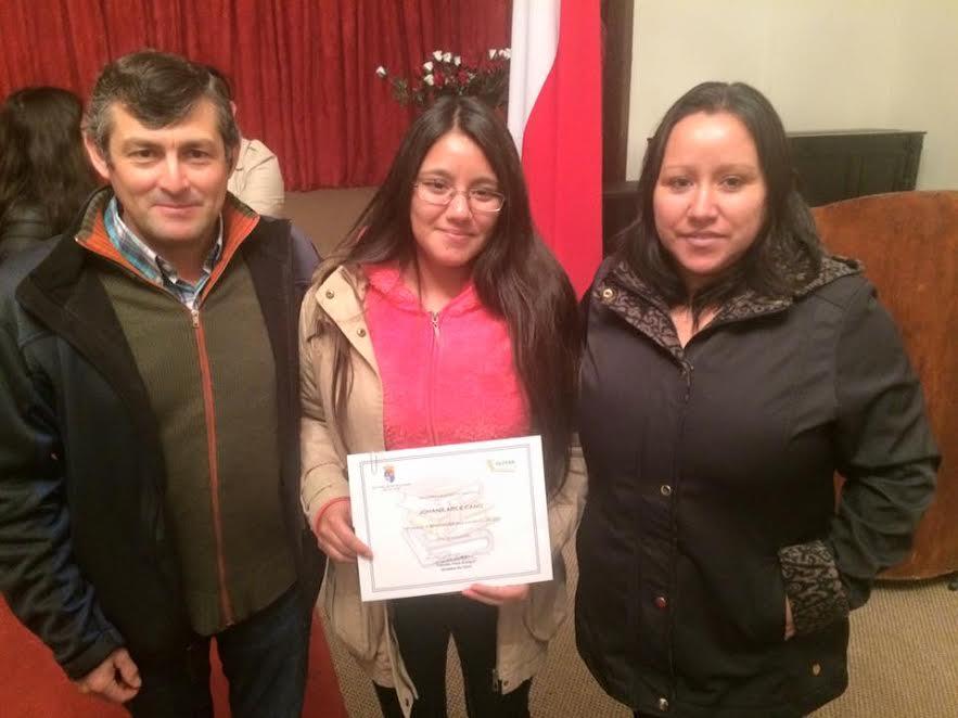 Municipalidad de Olivar hace entrega de becas para la educación superior