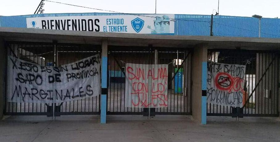 Hinchas de Curicó responden con lienzos en el frontis del estadio El Teniente