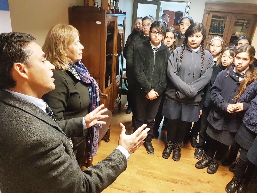 Alumnas del Colegio República Argentina visitan exposición de Pablo Picasso en la Corte de Apelaciones de Rancagua