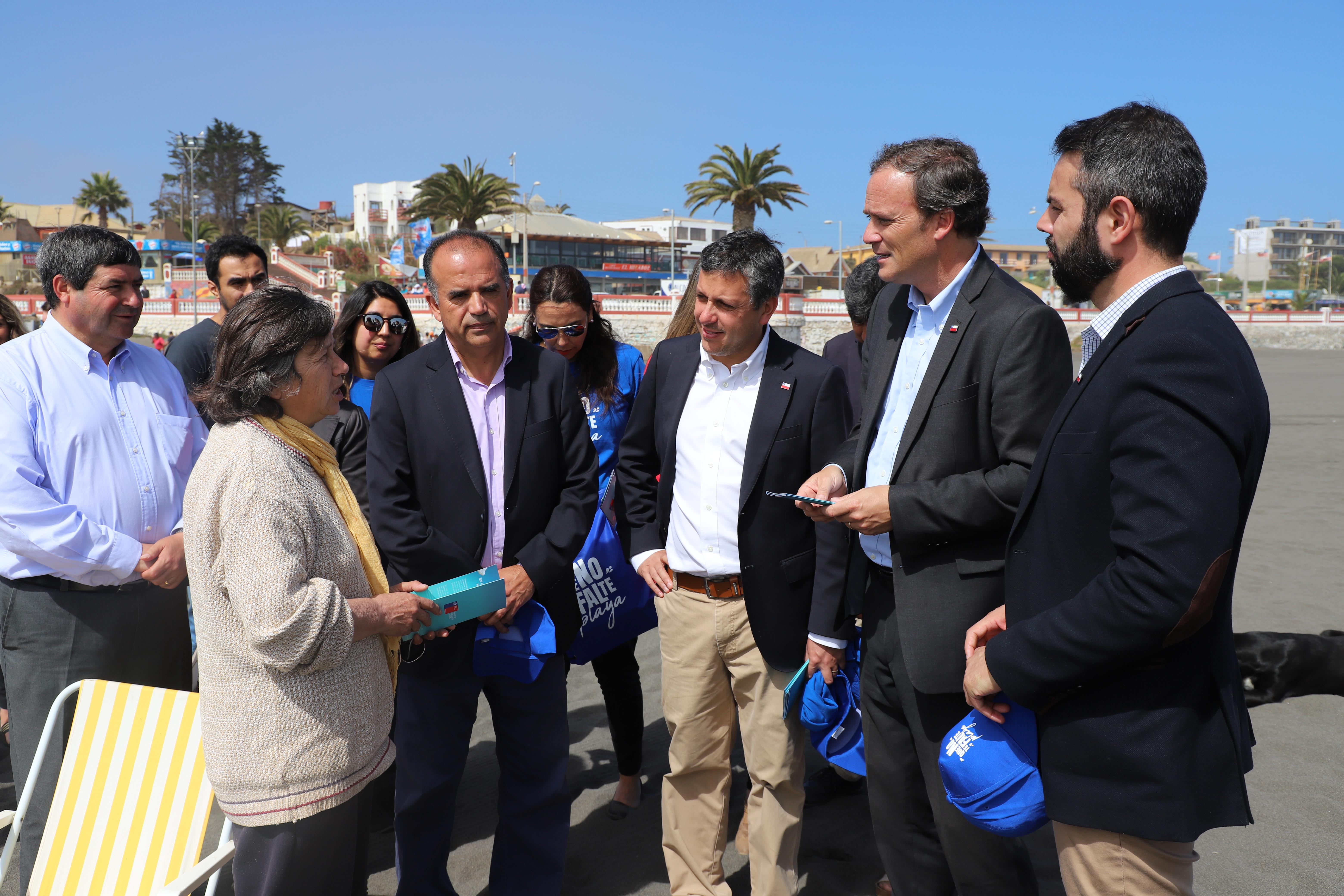 """Intendente Masferrer y Ministro de Bienes Nacionales refuerzan campaña """"Que no te falte playa"""" en Pichilemu"""