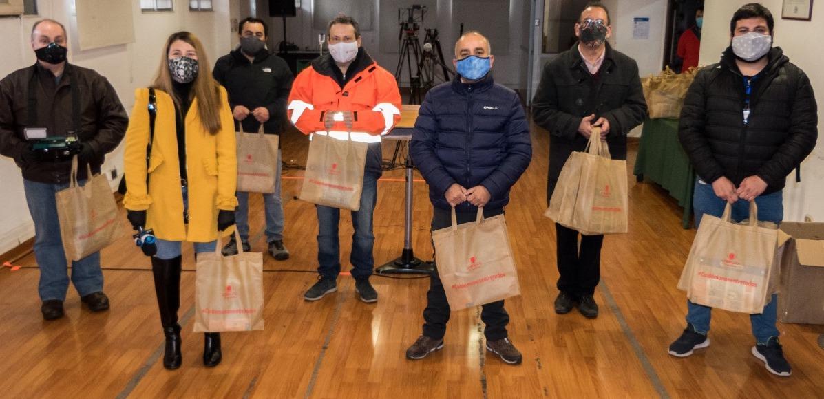 División El Teniente entrega kits de protección a medios de comunicación que están en terreno