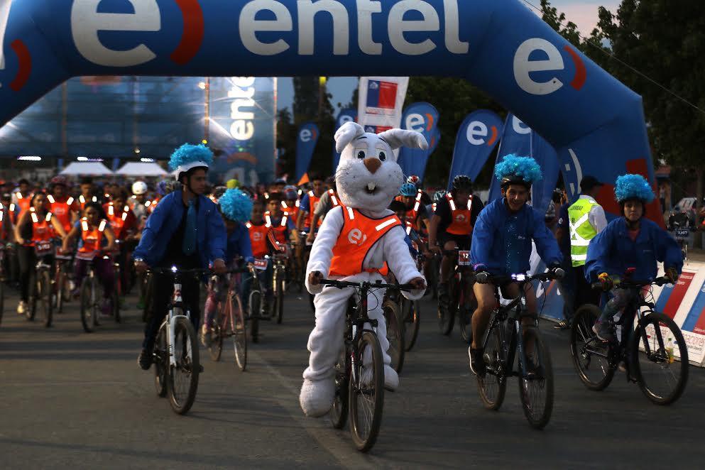 Más de 3.500 personas participaron en cicletada nocturna de Rancagua