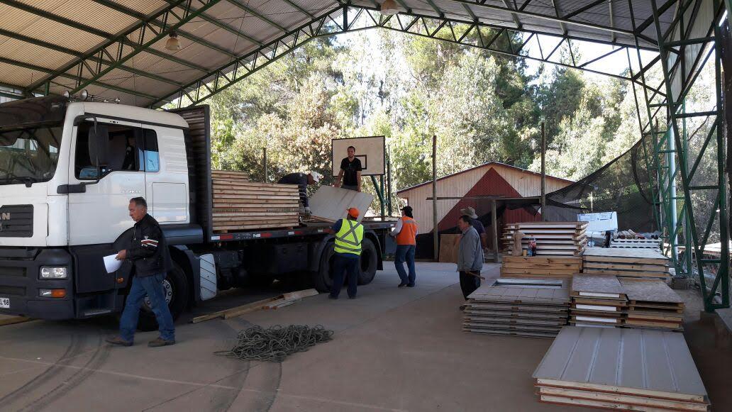 Familias afectadas por incendios forestales reciben viviendas de emergencia