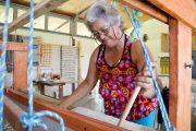 Tejedoras del Paraíso: Mujeres que cautivan a los turistas con sus creaciones