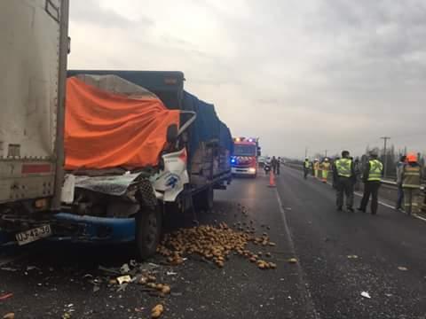 Dos personas fallecidas en colisión entre dos camiones en la Ruta 5 Sur