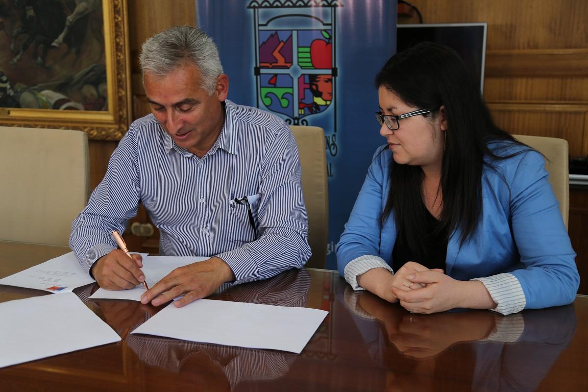 Intendente firma resolución de apertura de acceso primitivo a playa Topocalma
