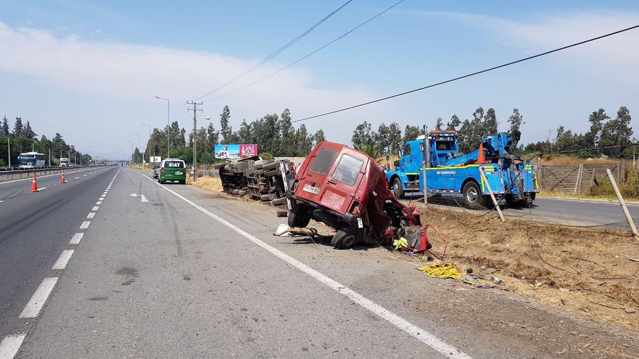 Requínoa: Cuatro personas heridas tras colisión entre furgón y camión