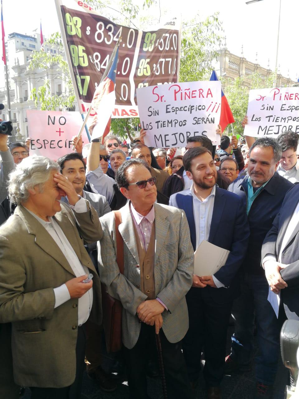 Diputado Raúl Soto se manifiesta junto a gremios de transporte por alza de combustibles