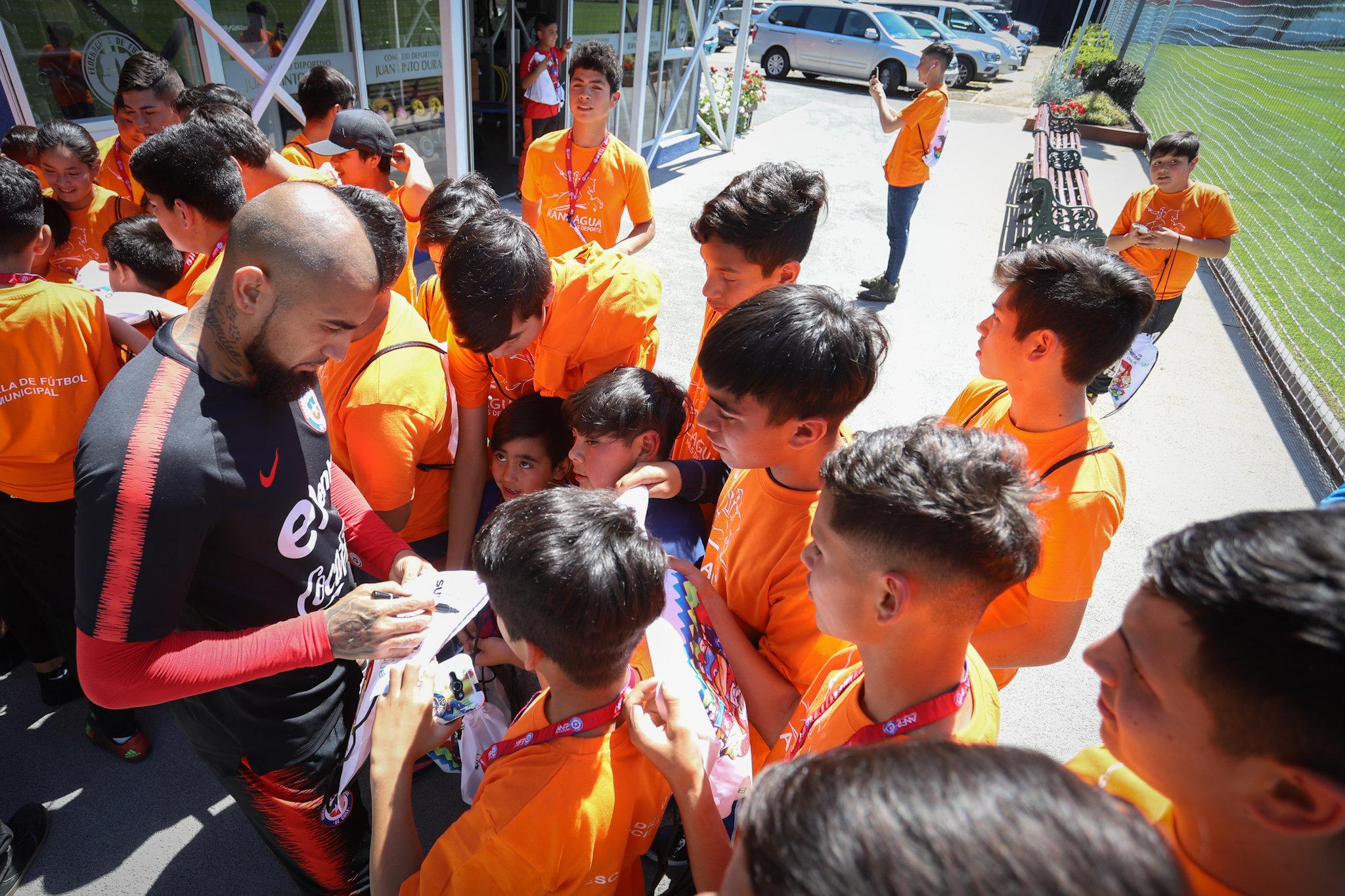 Niños rancagüinos compartieron  con Alexis, Vidal, Medel y compañía