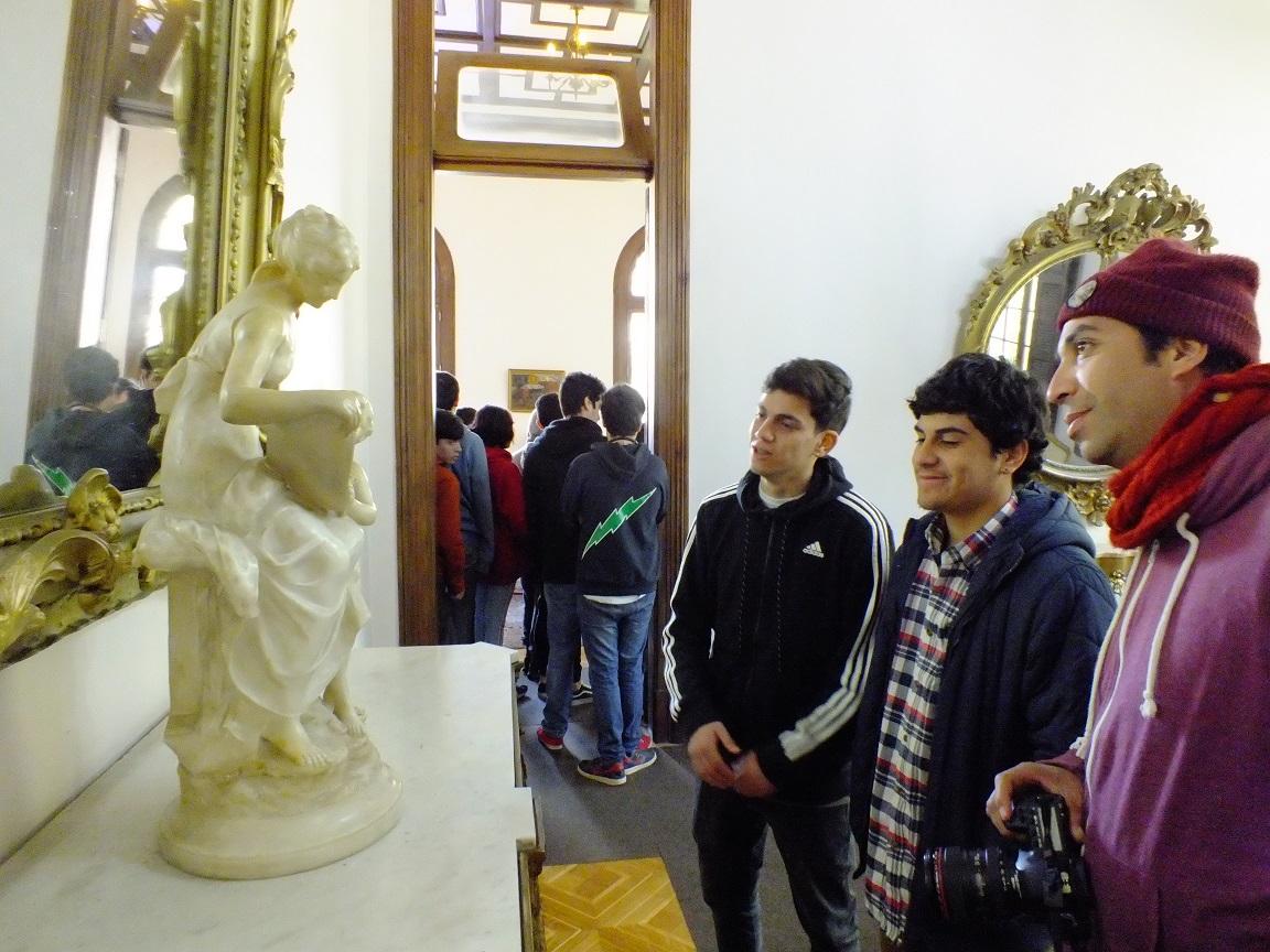 Jóvenes de la Región visitan patrimonio que resguarda el Palacio Rioja en Viña del Mar