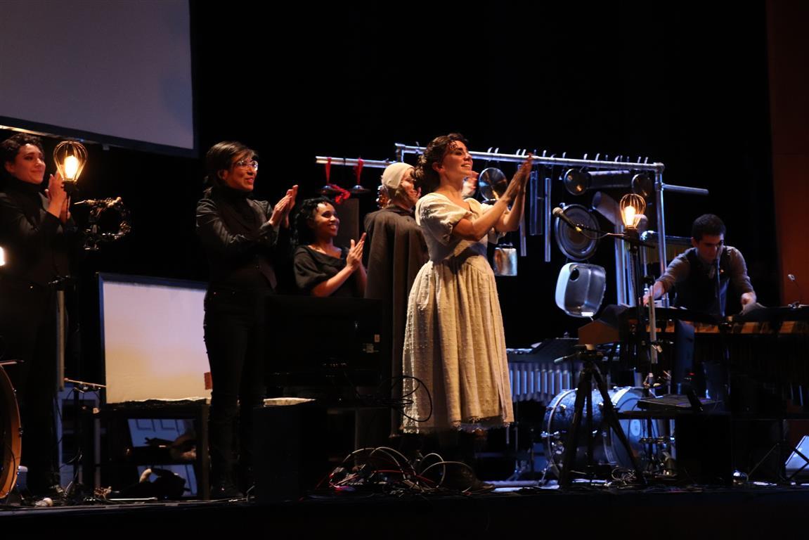 Público ovaciona a Compañía Manual Cinema en estreno de Frankenstein