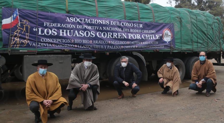 Más de 12 toneladas de alimentos entregaron a Rancagua la Federación de Rodeo y Huasos Corren por Chile