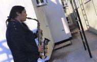 Nieta toca su saxofón a sus abuelos internados con Covid 19